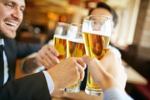 Trinken mit Freunden gehört für viele dazu: Wann ist ein Abstinenznachweis für die MPU mitzubringen?
