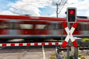 Ein Andreaskreuz mit rotem Blinklicht verpflichtet zum Anhalten.
