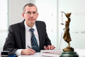 Bei einem Antrag auf Sperrfristverkürzung kann ein Anwalt Ihnen helfen.