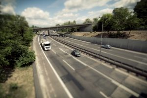 Auf der Autobahn gilt eine Geschwindigkeit von 130 km/h als Richtgeschwindigkeit für PKW.