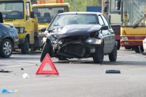 Bei einem Autounfall sollten Sie Ruhe bewahren und die Unfallstelle sichern.