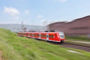 Ein Bahnübergang bedeutet Vorrang für Schienenfahrzeuge.