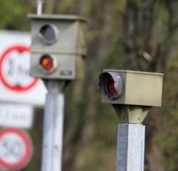 Zusätzlich zum Verkehrszeichen 123 sorgen Baustellen-Blitzer für die Sicherheit bei Bauarbeiten.
