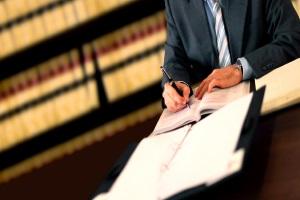 Bei Rot geblitzt: Unter Umständen kann ein Anwalt helfen.