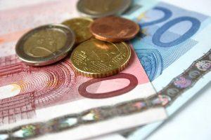 Bußgeld: Wer bei Zebrastreifen nicht korrekt handelt, dem drohen eine Geldstrafe oder Punkte.