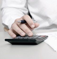 Ob die Höhe der im Bußgeldbescheid vermerkten Gebühren korrekt ist, können Sie ganz einfach nachrechnen.