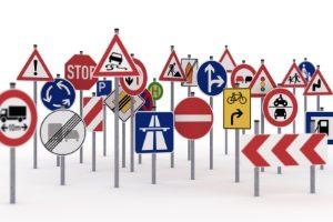 Der grüne Pfeil ist ein Verkehrszeichen, was nicht zu unterschätzen ist, wenn es um die Verkehrssicherheit geht.