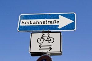 Entgegen der Fahrtrichtung die Einbahnstraße befahren: Ein Bußgeld droht laut StVO.