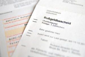 Beim Fahrverbot den Führerschein abgeben: Wohin dieser gebracht werden muss, steht im Bußgeldbescheid.