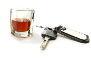 Fahrverbot oder Führerscheinentzug drohen z. B. bei Alkohol am Steuer.