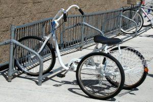 Fußgängerzone: Wer das Fahrrad dort nutzen möchte, muss darauf achten, ob dies durch ein Zusatzschild erlaubt ist.