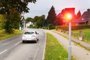 Mithilfe der Geschwindigkeitskontrolle werden Autofahrer, die das Tempolimit missachten, sanktioniert.