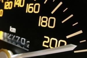 Eine Geschwindigkeitsüberschreitung in der Probezeit kann besondere Maßnahmen zur Folge haben.