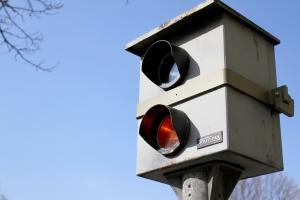 Die Geschwindigkeitsüberwachung erfolgt mit verschiedenen Messgeräten, die allgemein als Blitzer bezeichnet werden.