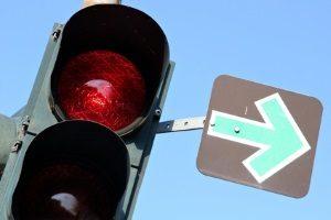 Ein grüner Blechpfeil steht immer in Verbindung mit einer roten Ampel.