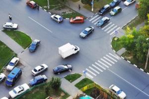 Links abbiegen mit dem Auto: Der entgegenkommende Verkehr hat Vorrang.
