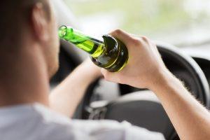 Ein möglicher Grund für eine MPU ist Alkohol am Steuer.