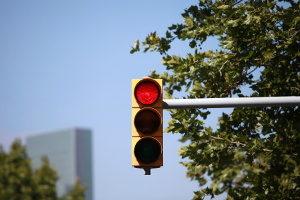 Ein qualifizierter Rotlichtversoß kann Fahrverbot und schlimmeres einbringen.