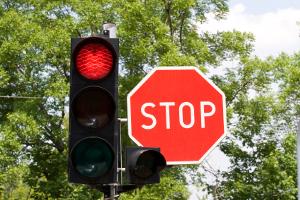 Wenn Sie die rote Ampel übersehen, können Sie geblitzt werden.