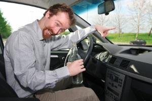 Trunkenheit am Steuer: Die Strafe liegt bei hohen Bußgeldern, Punkten und einem Fahrverbot.