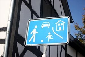 Vorfahrt: Innerhalb der Spielstraße gilt die Rechts-vor-Links-Regel.