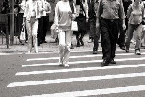 Zebrastreifen: Um ein Bußgeld zu verhindern, sollten Sie Fußgängern hier immer Vorrang gewähren.